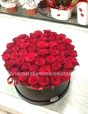 Composizione in scatola rose rosse